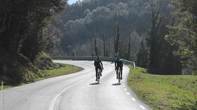 tranquille la pédale en descente sur ce stage de vélo à Aix