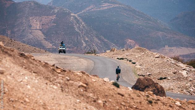Entre les hauts plateaux et les vallées, vous sillonnez les plus belles routes de l'Atlas à vélo